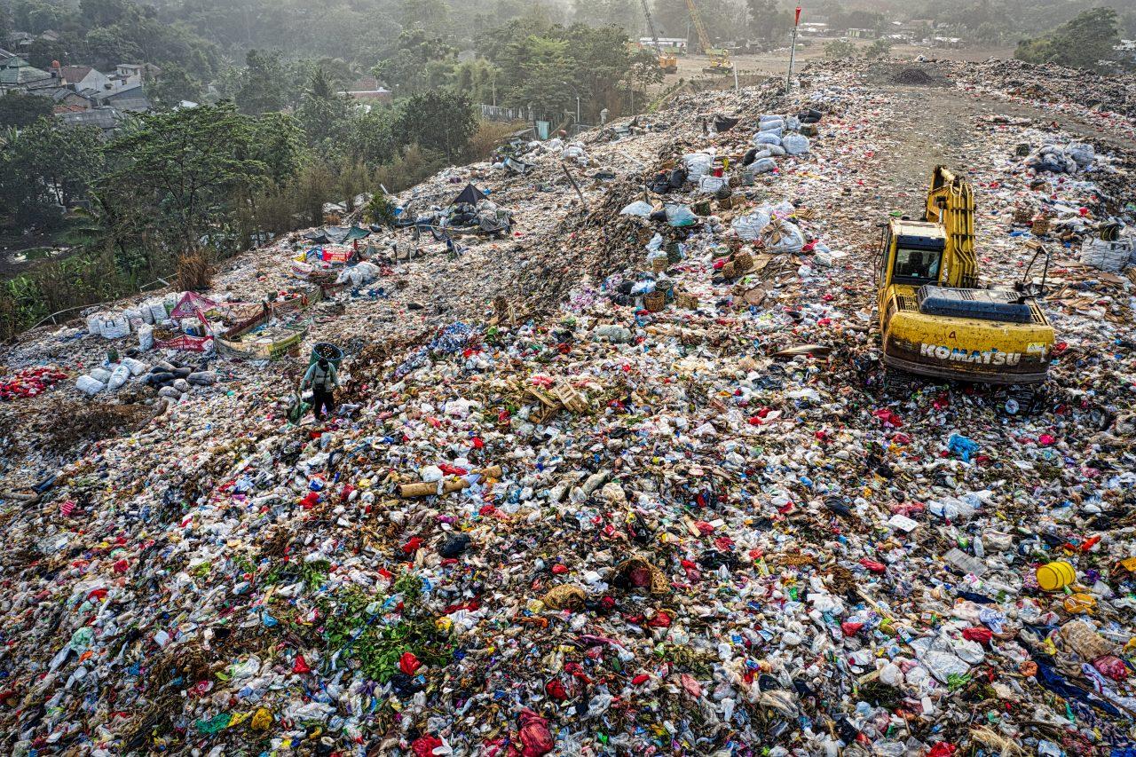 yellow-excavator-in-garbage-mountain-3186574-1280x853.jpg